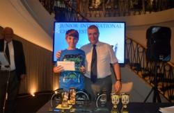 David Aledo recibiendo el premio de manos del ministro de deportes de Gibraltar
