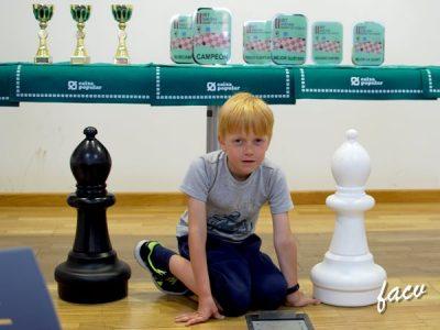 jugador de ajedrez infantil