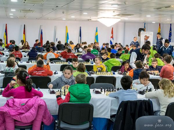 jugadores torneo ajedrez infantil