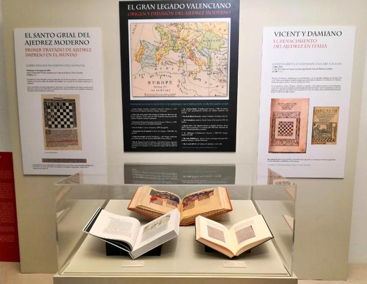 libros abiertos expuestos en museo