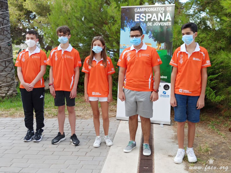 jugadores de ajedrez con camiseta naranja