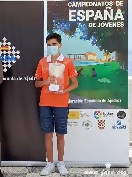 Diego Macías con su trofeo de ajedrez