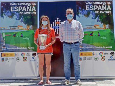 ganadora muestra su trofeo