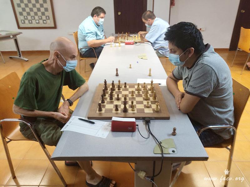 jugadores disputando partida de ajedrez