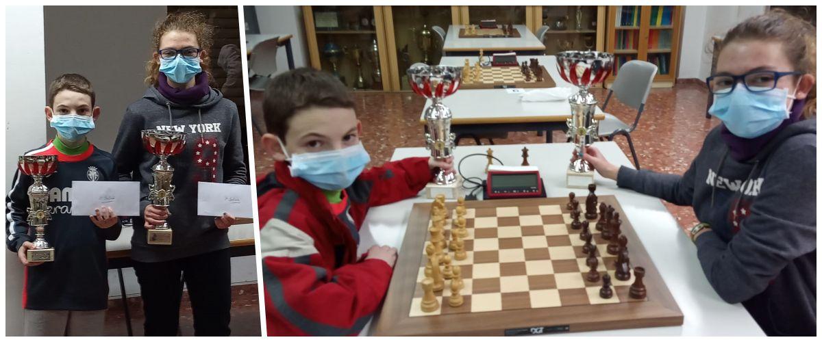 dos niños con tablero de ajedrez