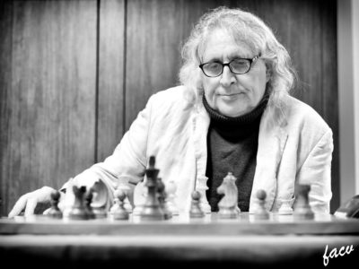 Carlos García Fernández frente a su tablero de ajedrez