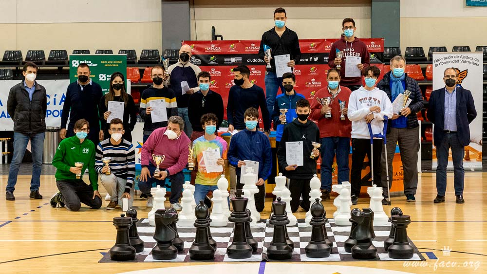 jugadores de ajedrez con sus trofeos
