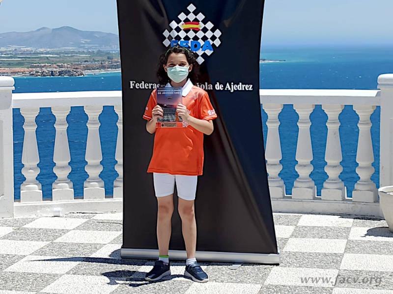 Beatriz muestra su trofeo de ajedrez