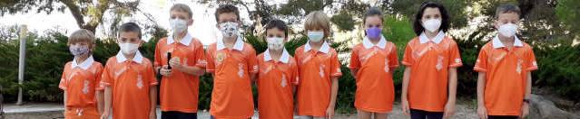 niños uniformados color naranja jugadores ajedrez