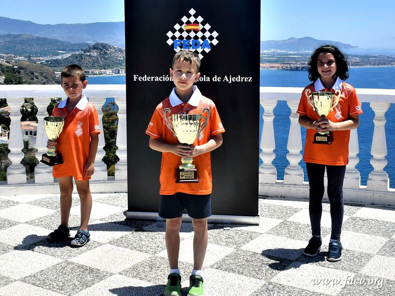 niños premiados con trofeo