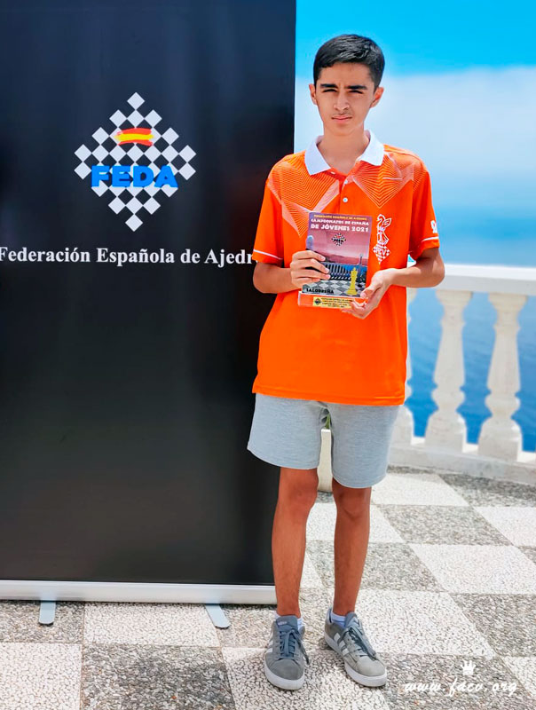 Diego Macías con su trofeo de Campeón de España