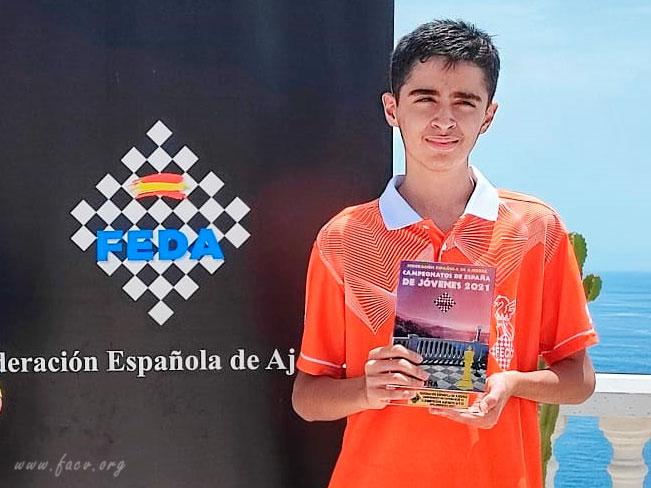 Diego Macías Pino muestra su trofeo