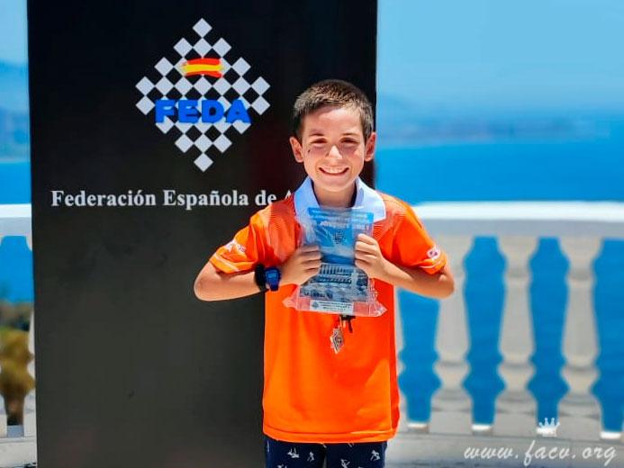 Lorenzo enseña su trofeo de ajedrez