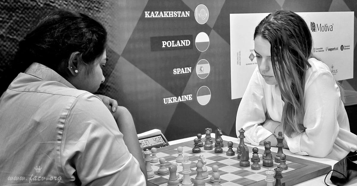 dos mujeres jugando al ajedrez